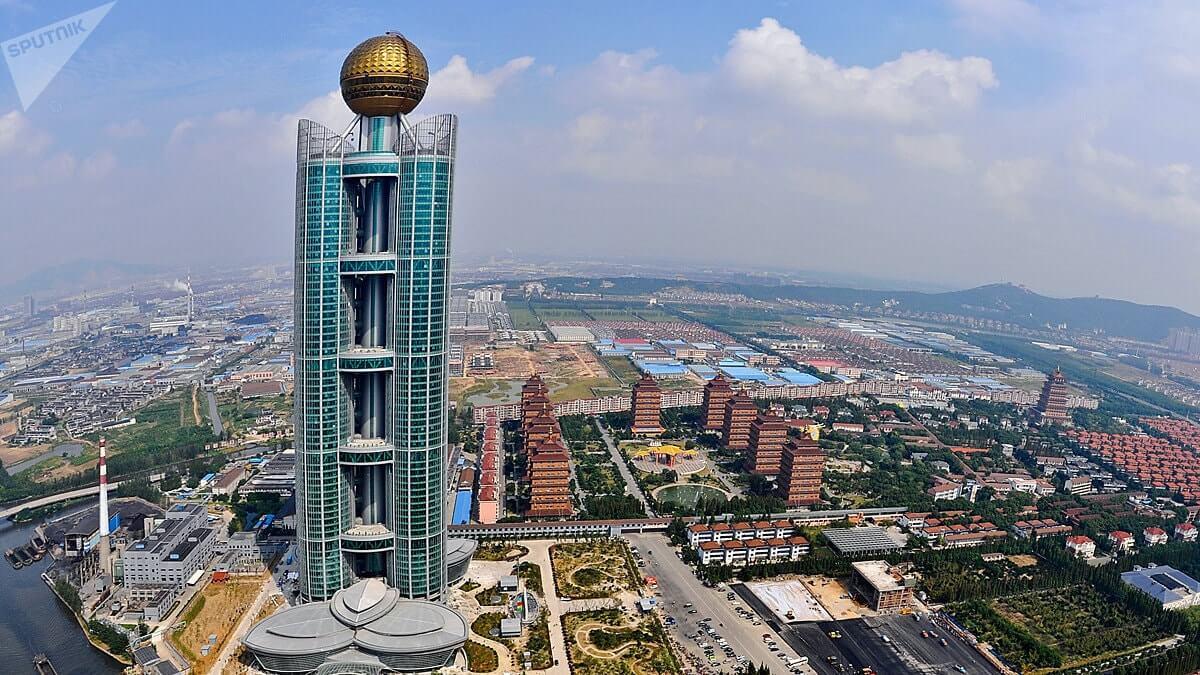 Небоскреб в деревне - В китайской деревне построили огромный небоскреб